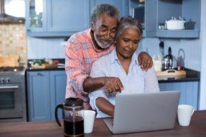 couple fait son budget et ses comptes sur internet