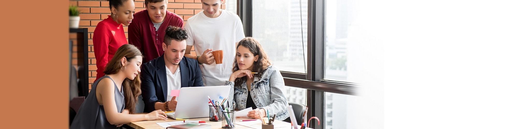 slider jeunes etudiants colocation qui etudient budget avec un logicel de budget en ligne sur ordinateur