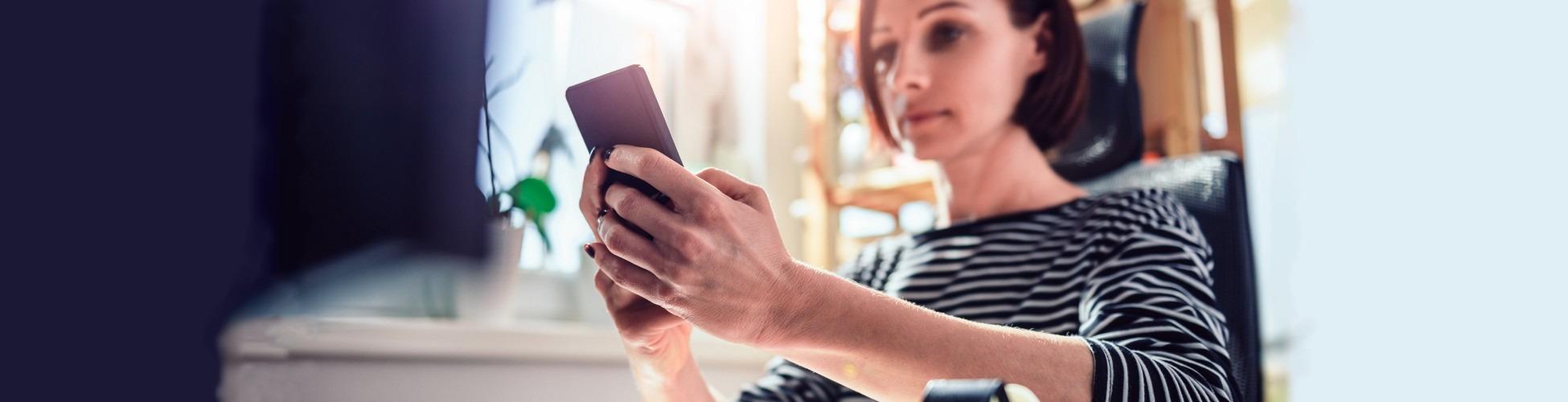 slider femme qui gère son bundget sur une appli de budget en ligne