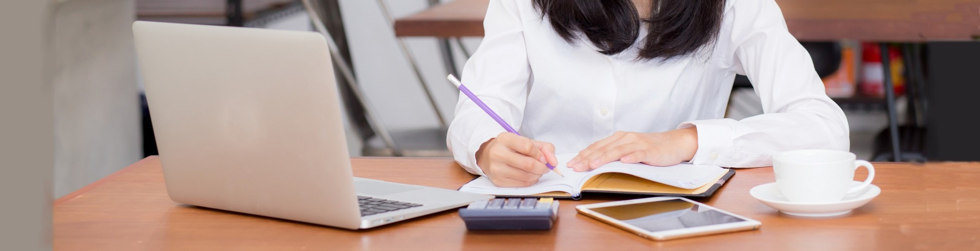 slider femme qui suit ses comptes en ligne et profite des bons plans de crédit et de placement