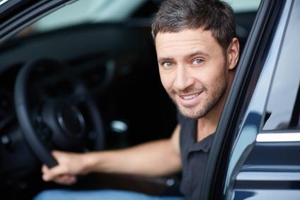 homme au volant de sa voiture - budget et cout de transport et de voiture